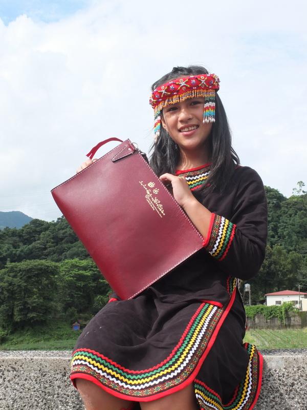 萬豐國小六年級畢業班製作手工皮包,每一針每一線都是同學自力完成。(曹峻昌攝)
