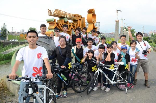 暨大附中童軍團及翠庭幼童軍當志工,清理順騎自然自行車道垃圾,出發前來個大合照。(柏原祥攝)