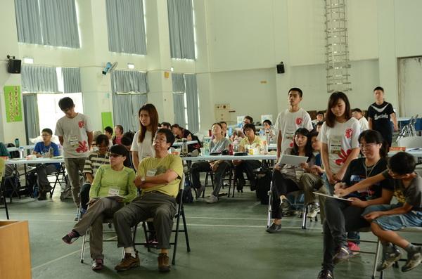 蝴蝶辨識大賽參賽人數增加,必須借小學禮堂才能容納。(何貞青攝)
