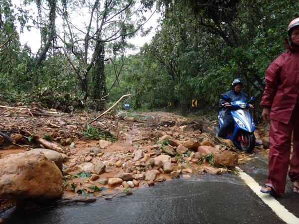蘇力風災 土石流再現 交通受阻