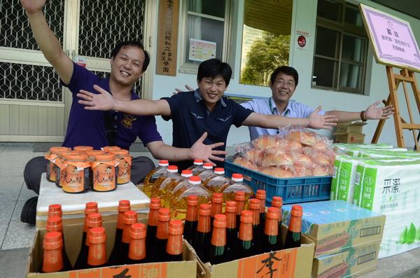 從事烤肉的劉思偉(中)、劉思承(左)兩兄弟,捐贈南投家扶希望學園生活物資,由園長陳建宏(右)代表接受。(廖肇祥攝)