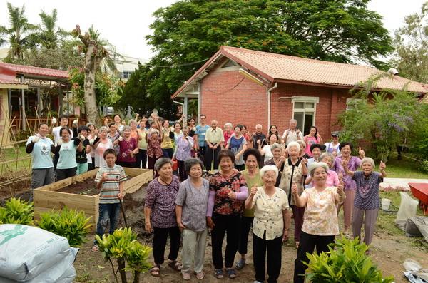 愚人基金會福氣安康村的老人們,開心地營造蝴蝶菜園。(柏原祥攝)