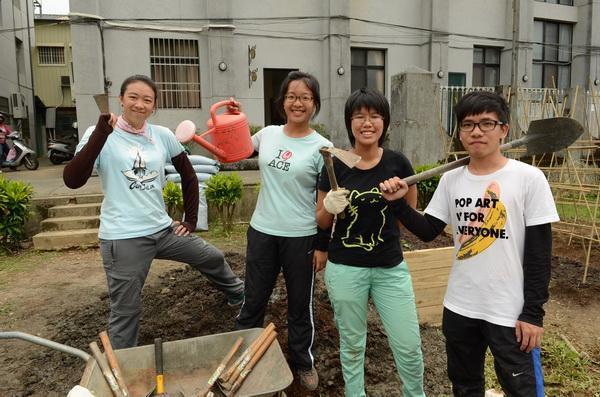 香港中文大學四名同學,也來幫助老人打造蝴蝶菜園。(柏原祥攝)
