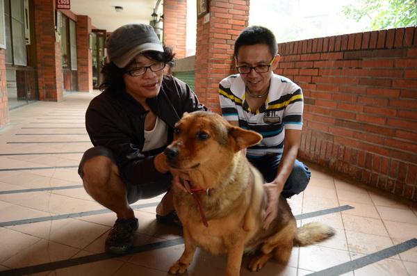 吳宗澤(左)長期關注埔里地區流浪動物議題,他擔憂狂犬病疫情擴散後,流浪狗處境更弱勢。(柏原祥攝)