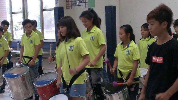 太平國小森巴鼓隊師生至炫寬愛心教養家園捐贈善款,並表演森巴鼓。(余秀英攝)