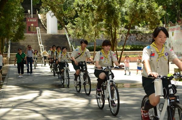 《大埔里報》由暨大附中童軍騎乘自行車派報,從地理中心碑出發,象徵團隊用「心」辦報的理念。(柏原祥攝)