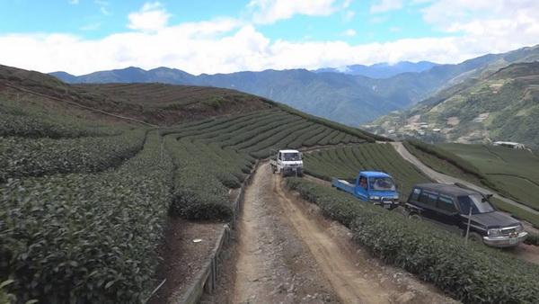 慈峰產業道路路幅小,又陡峭,卻是力行產業道路沿線居民賴以維生的替代道路。(諾爾攝)