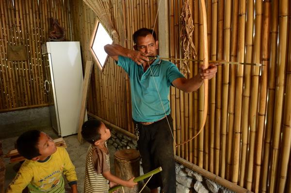 萬豐部落工藝師何道仁傳承布農工藝,工作室也是部落小朋友的秘密基地。(柏原祥攝)