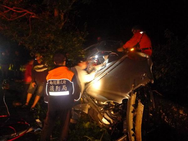 仁愛鄉最近車禍頻傳,14甲線公路發生轎車撞擊護欄翻覆的意外。(圖/仁愛消防分隊提供)