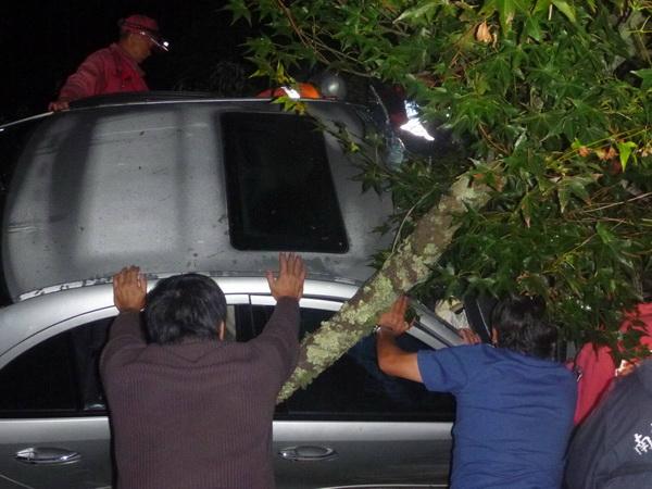 仁愛鄉台14甲線公路轎車撞擊護欄翻車,救難人員費了一番功夫將傷者救出。(圖/仁愛消防分隊提供)
