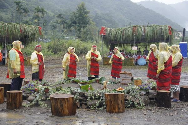 雖然天空下著大雨,泰雅族長老們仍穿著輕便雨衣,完成祭拜袓靈的儀式。(魏裕鑫攝)