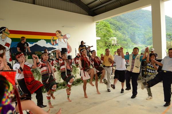 仁愛鄉泰雅族歲時祭儀在新生部落舉辦,族人們手牽手,在古調的陪襯下載歌載舞。(柏原祥攝)
