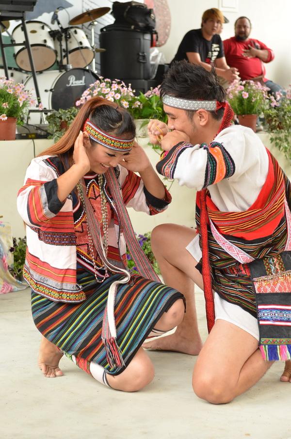 仁愛鄉泰雅族歲時祭儀在新生部落舉辦,男舞者以口簧琴表達對女方的情衷。(柏原祥攝)