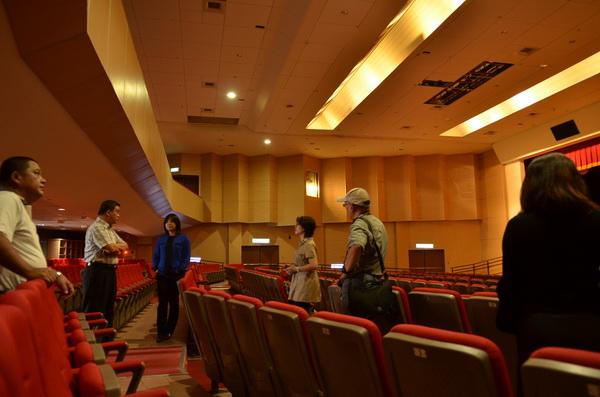 埔里藝文中心經歷強震後損毀,立委馬文君(左三)瞭解現況。(柏原祥攝)