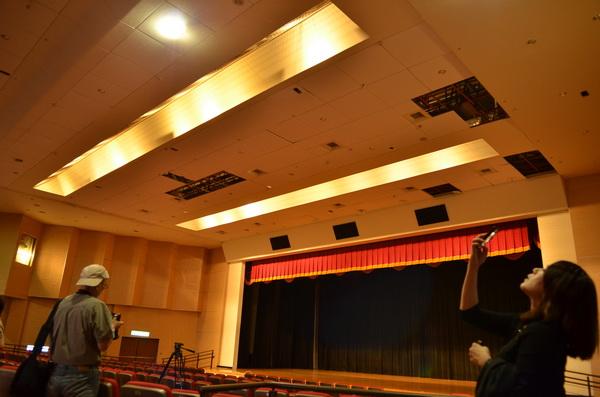 埔里藝文中心展演廳天花板因地震多片墜落,因是特殊的吸音材質,無法立即更換。(柏原祥攝)