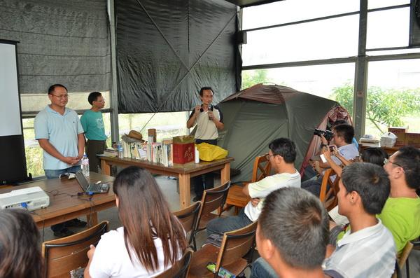 埔里茭白筍農陳新豪(左)等農民參與研討,希望能復育台灣白魚。(柏原祥攝)