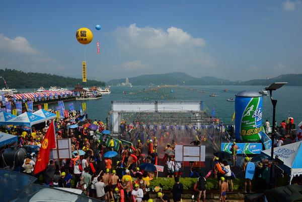 萬人泳渡謝幕,共有25000餘人參與。(圖/縣府提供)