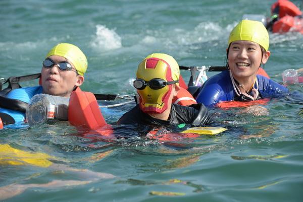 日月潭萬人泳渡落幕,許多泳士造型特殊。(圖/縣府提供)