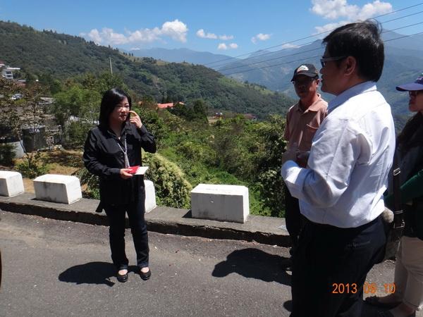 立委馬文君(左)協調各單位,會勘清境農場停車場預定地。(王俞哲攝)