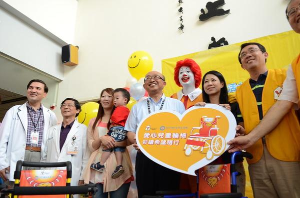 麥當勞叔叔之家慈善基金會致贈30部兒童輪椅予埔里基督教醫院。(柏原祥攝)