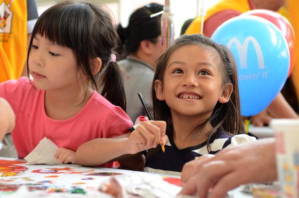 埔基醫院病童參與彩繪活動,暫時忘卻身上的病痛。(柏原祥攝)