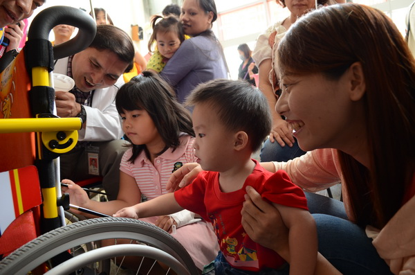 埔基醫院病童在母親及院方的陪伴下彩繪兒童輪椅。(柏原祥攝)