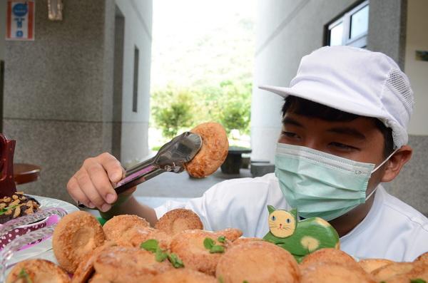 陳綢少年家園孩子歷經兩個多月訓練,展現難得的烘焙手藝。(柏原祥攝)