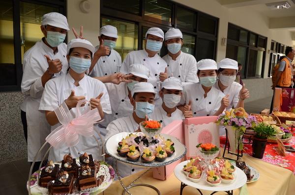 參與烘焙班的學員,開心地在作品前留影。(柏原祥攝)