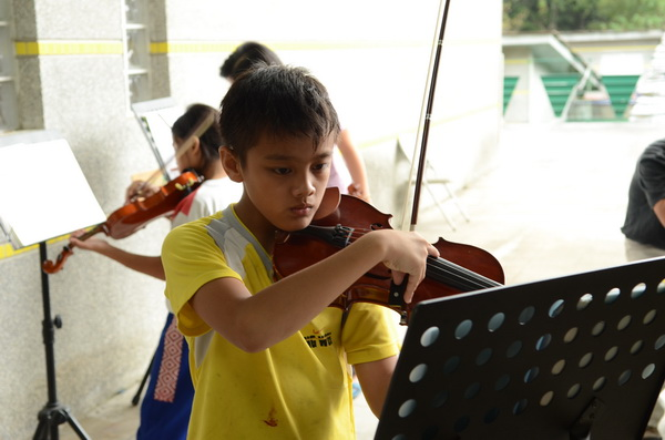 親愛國小弦樂團平常練習的情形。(柏原祥攝)