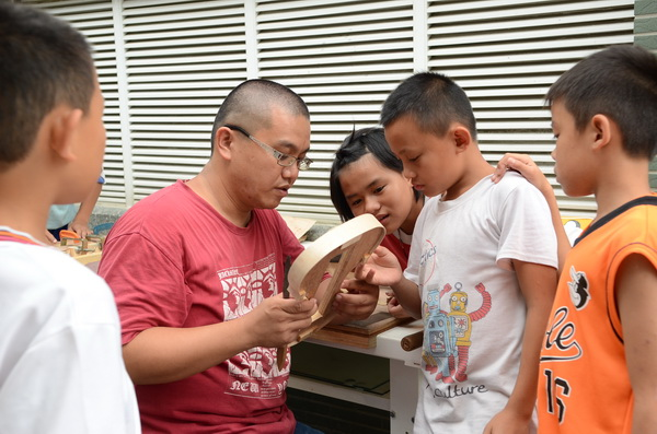 親愛國小教師王子建平日教育學童製作小提琴的情形。(柏原祥攝)
