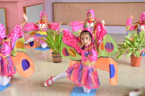 桃米蝴蝶餐開幕儀式也相當有蝴蝶風,由新城國小小朋友跳蝴蝶舞。(柏原祥攝)