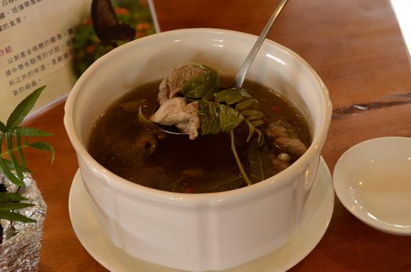 刺蔥燉雞湯帶有醇厚的甘甜,刺蔥也是烏鴉鳳蝶、黑鳳蝶、硫璃帶鳳蝶的食草。(柏原祥攝)