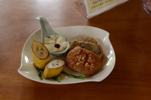 這道菜名為香蕉蛋糕&山刺番荔枝水果盅,山刺番荔枝是綠斑鳳蝶的食草。(柏原祥攝)