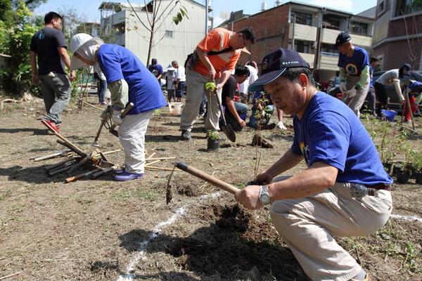 為蝴蝶造窩與低碳生活理念符合,志工在埔里世界無車日會場種下蝴蝶食草與蜜源植物。(劉明浩攝)