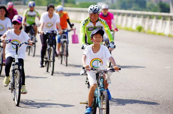 多走路、多騎自行車,少用機動運輸工具,能提升空氣品質。(陳里維攝)