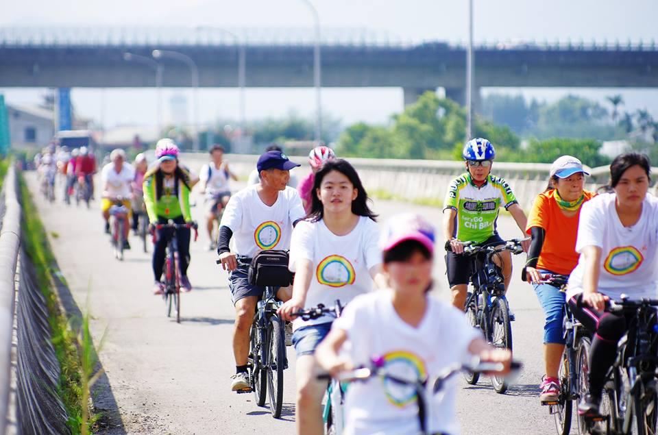 埔里鎮首度舉辦無車日,單車騎士穿著代表蝴蝶及彩虹的T恤完成挑戰路線。(陳里維攝)