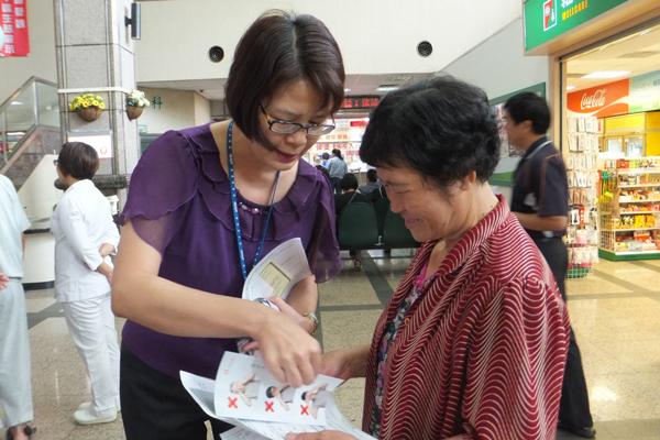 中榮埔里分院向民眾宣導「預立選擇安寧緩和醫療意願書」的重要。(唐茹蘋攝)