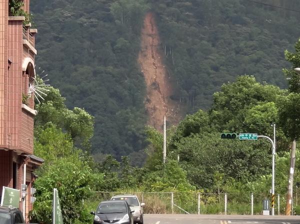 國有地承租戶違規開路,造成虎頭山、中心路旁的山坡大量土石崩落。(柏原祥攝)