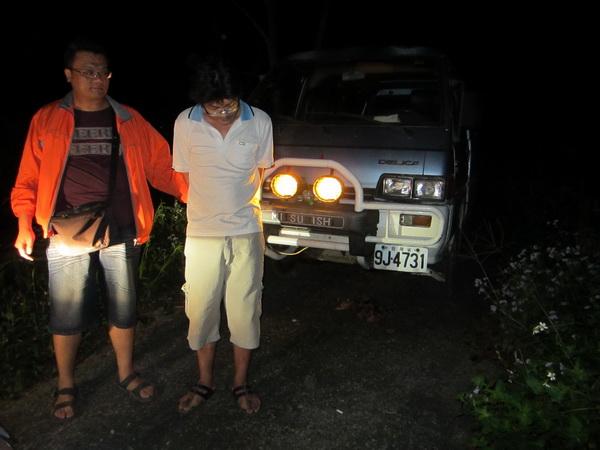 警方破獲在凌霄殿附近山區盜伐的翁姓男子。(圖/警方提供)