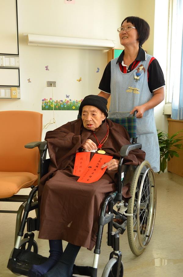 照護員劉淑雲照顧人瑞劉鏡寰,她表示老太太生活規律、飲食清淡。(柏原祥攝)