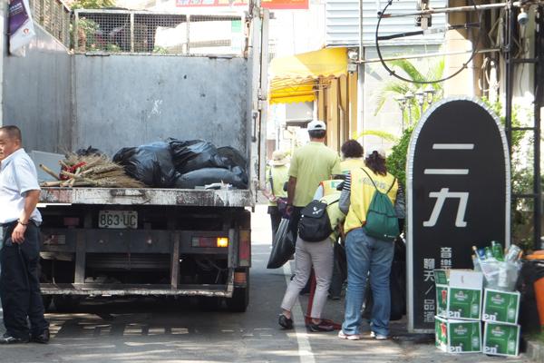 民間團體打掃清潔認養的街道。(唐茹蘋攝)