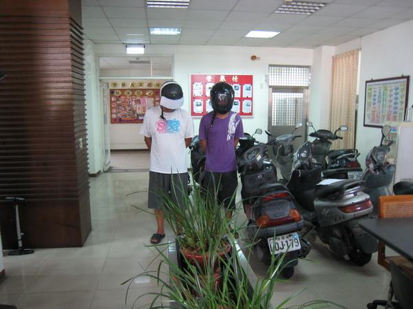埔里警方破獲竊盜案件,起出大批贓車,並逮捕兩名男子。(圖/警方提供)