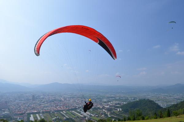 埔里的飛行傘運動發展已久,但觀光化是近幾年來的事。(柏原祥攝)
