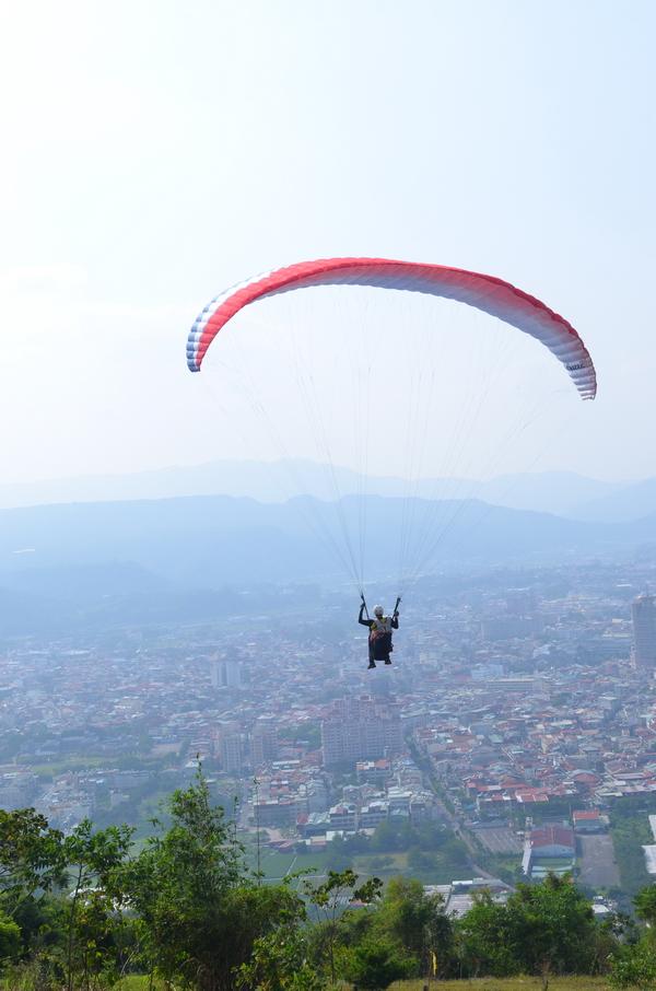 飛行傘運動,很有機會為埔里地區的觀光扮演引領角色。(柏原祥攝)