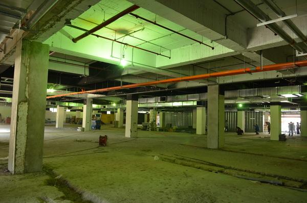 埔里家樂福的賣場空間,原是「永吉大賣場」,工人正在加緊趕工,預計在十二月底開幕。(柏原祥攝)