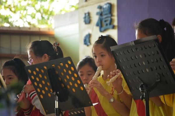 育英國小師長們舉辦音樂會追思李佩珍老師,小朋友們演奏時眼眶泛紅。(柏原祥攝)