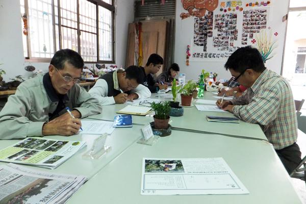 東光社區報編輯小組振筆疾書,努力練習寫新聞稿。(唐茹蘋攝)