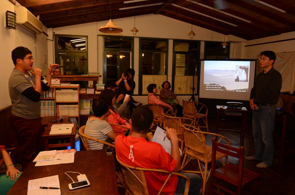 蔡智豪在阿朴咖啡公益社會服務中心演講,吸引許多關心埔里環境的居民參與。(柏原祥攝)
