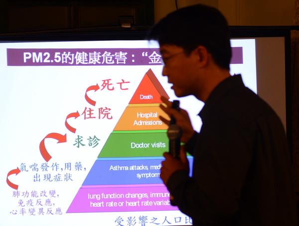 台灣生態學會秘書長蔡智豪至埔里座談,說明埔里空氣污染的源由。(廖肇祥攝)