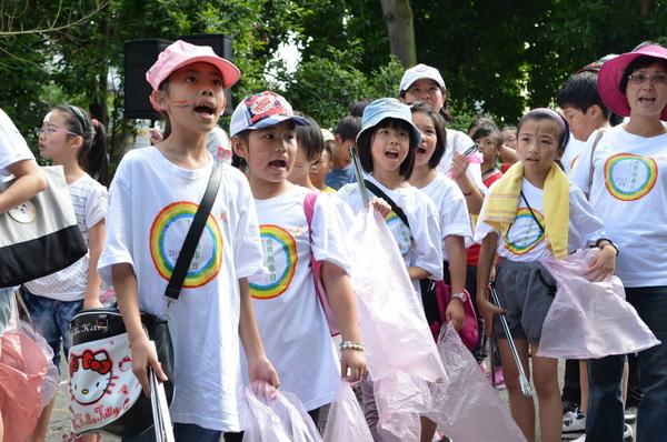 世界無車日_埔里場,參加走路組的小朋友,一同參與掃街。(柏原祥攝)